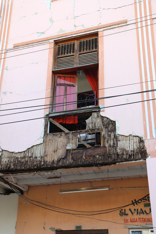 Fachada frontal de una casa afectada en la calle Virgilio Ratti del centro de Bahía | Foto: M. Ayala