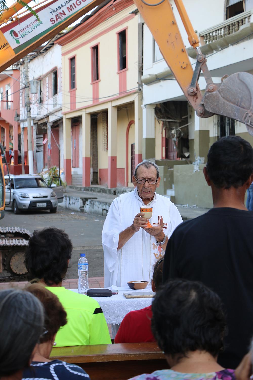 El padre Benjamín Ramos preside la misa diaria de las 17h00 frente a la Iglesia de la Merced | Foto: M. Ayala