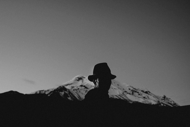 Un campesino trabaja la tierra en la provincia de Chimborazo con el volcán de fondo.