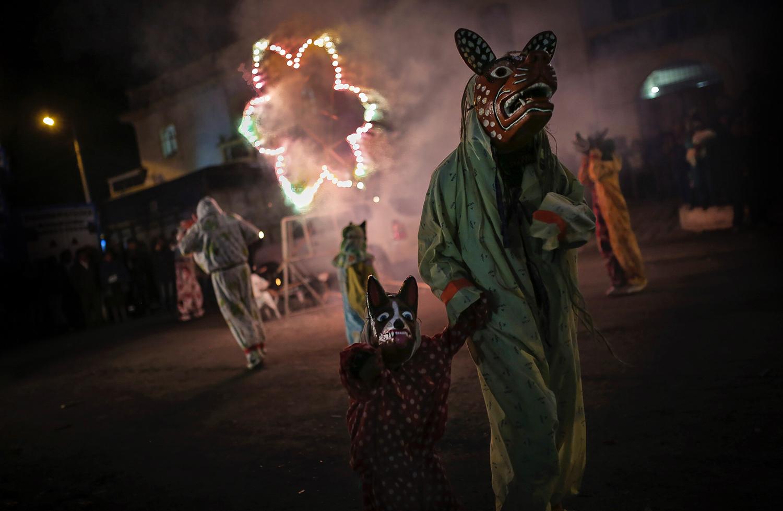 Desfile de personajes de la fiesta de San Juan Bautista en Guaytacama, Cotopaxi.