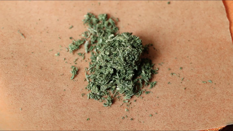 2 gramos de marihuana lista para prensar. Talleres THCity  Foto:  Marcelo Ayala