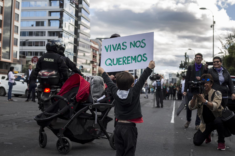 Un niño de aproximadamente cinco años sostiene un cartel en la Av. De los Shyris con su consigna para la marcha del 21 de enero en Quito. Tras el ataque y asesinato de Diana por parte de su pareja, un venezolano, se produjeron reportes de hostigamiento y agresiones a mujeres niños y adultos venezolanos en Ibarra. También ha habido reportes de desalojos a venezolanos de refugios, hostales y viviendas alquiladas.