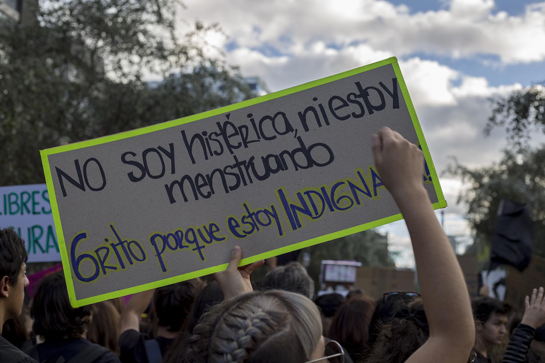 Pasadas las 17h00, la marcha empezó a desplazarse desde la tribuna de los Shyris con destino la Fiscalía General del Estado. En el camino abundaban carteles y letreros con mensajes de apoyo a las víctimas y llamados a realizar cambios en actitudes personales y en la acción de las autoridades.