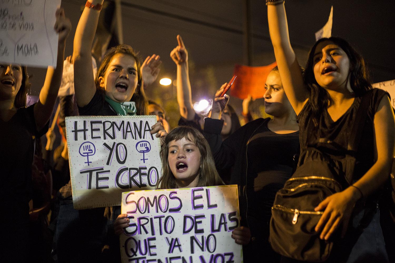 Hermanas y amigas se plantaron frente a la Fiscalía para gritar en defensa y apoyo a Martha (nombre ficticio), 35, una mujer agredida sexualmente por tres hombres en un bar de la zona norte de Quito el domingo 13 de enero, tras ser invitada por un amigo a una fiesta de cumpleaños.