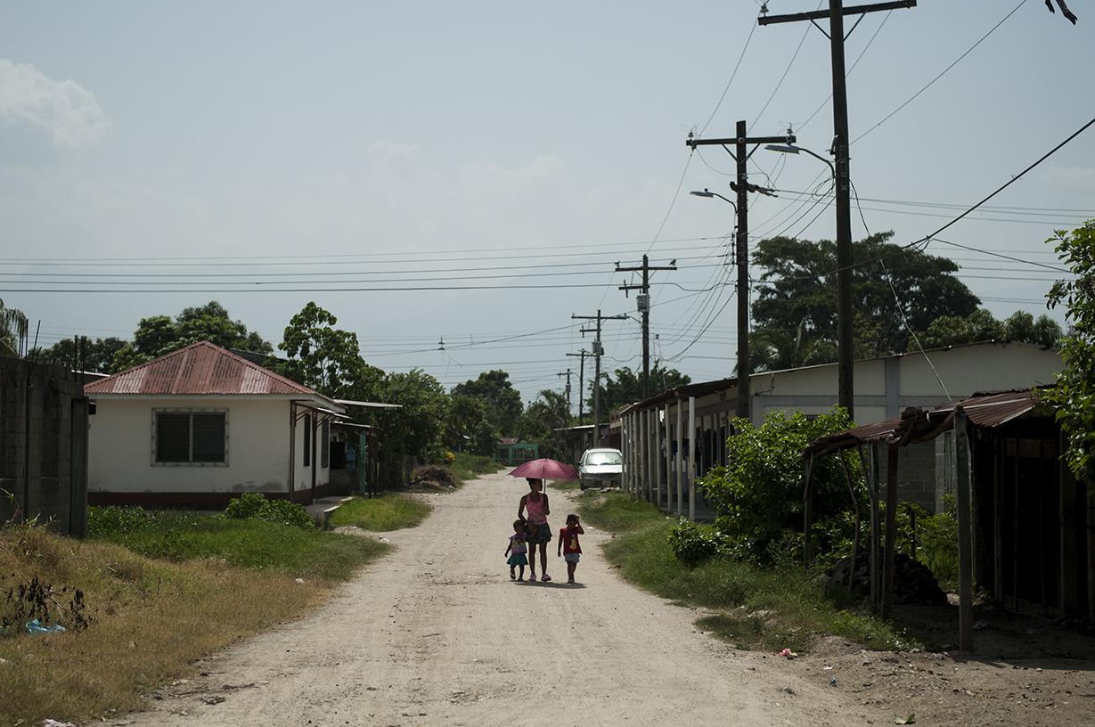 Las mayoría de calles en Cerrito Lindo no están asfaltadas y el sofocante calor obliga a los vecinos a caminar con sombrillas. El polvo de las calles se convierte en lodo cuando llueve.