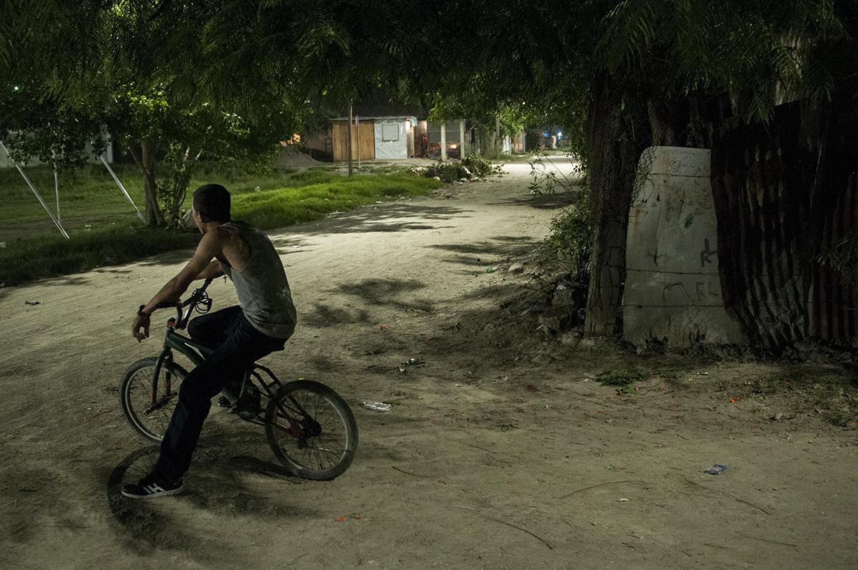 Cada noche día, los colaboradores de Mortal, el líder del Barrio 18 en el sector, vigilan las esquinas de Cerrito Lindo y advierten de cualquier movimiento a través de Zello, una app encriptada.