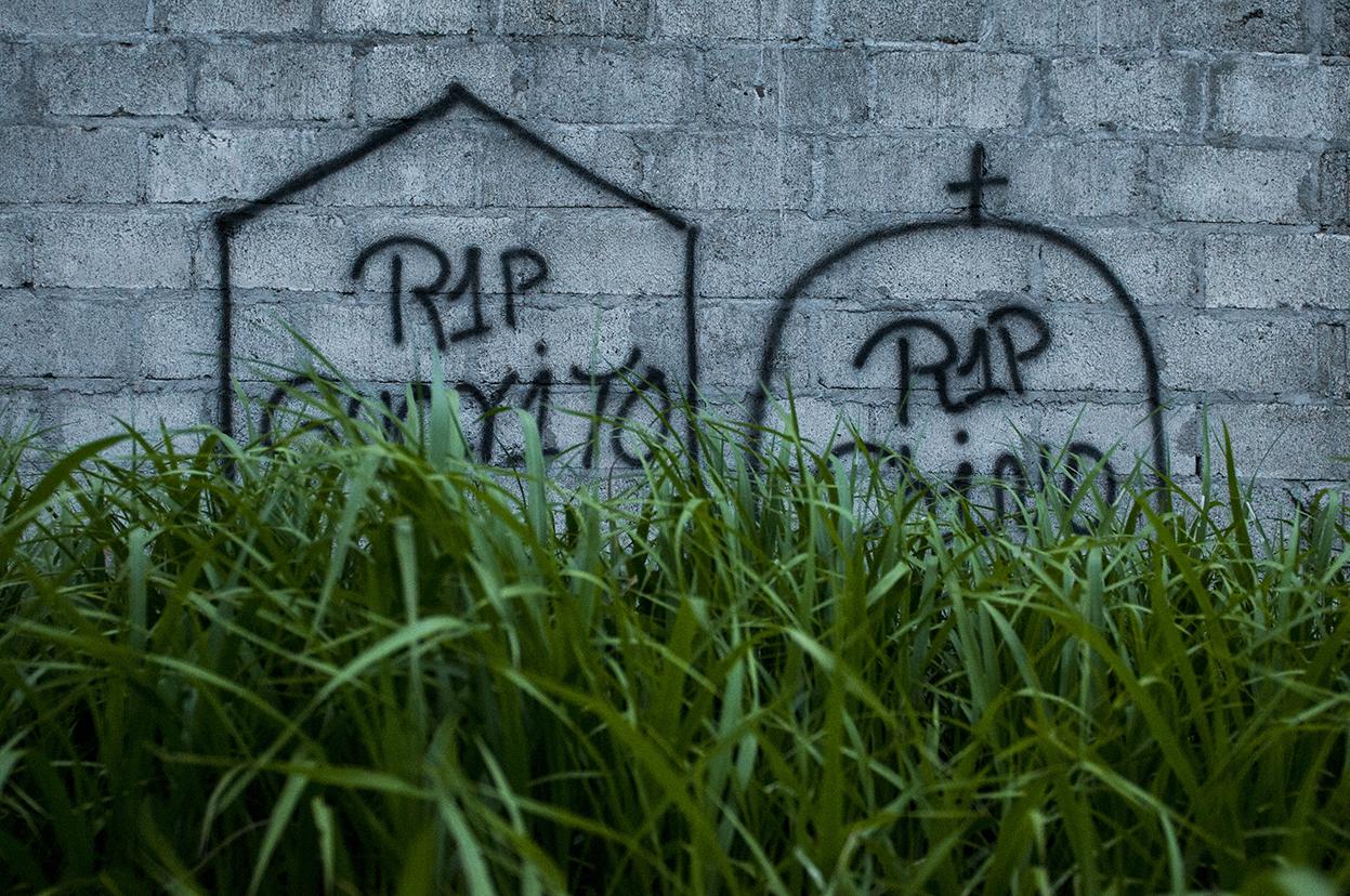 Grafitis en recuerdo de pandilleros del Barrio 18 asesinados, se van cubriendo por la maleza meses después de ser realizados