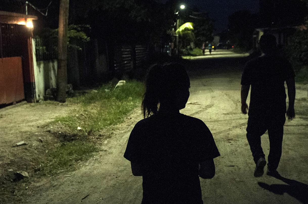 Cada noche, Até sale a vagar. Así es como dice esta joven de 15 cuando va con sus amigos pandilleros a fumar y beber, o cuando va los sábados con su amiga a la discoteca.