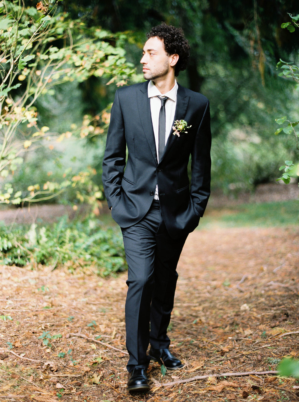 Wedding Wise, Seattle Wedding Planner | 2017 Pantone Color of the Year, Greenery | Sarah Carpenter Photography | Dashing groom wearing suit