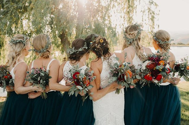 A good bridal party photo is worth its weight in gold. I'm loving the 2 piece bridesmaids attire and boho floral vibes. 💗 Photo :: @backcountryimagery  Floral :: @lakechelanflowers  Venue :: @cavebresort . . . . . #wedwithweddingwise2018 #weddingwise #cavebwedding  #seattleweddingplanner #seattlebride #seattleweddings #pnwbride #seattleweddingcoordinator #seattleengagement #seattlebridemag #ohwowyes #theknot #thedailywedding #socalityseattle #designisinthedetails #realwedding #soloverly #junebugweddings #pnwwedding #washingtonwedding #washingtonbride #northwestwedding #risingtidesociety #makeitblissful #thelittlethings #refinegroup #bohowedding #bridesmaids