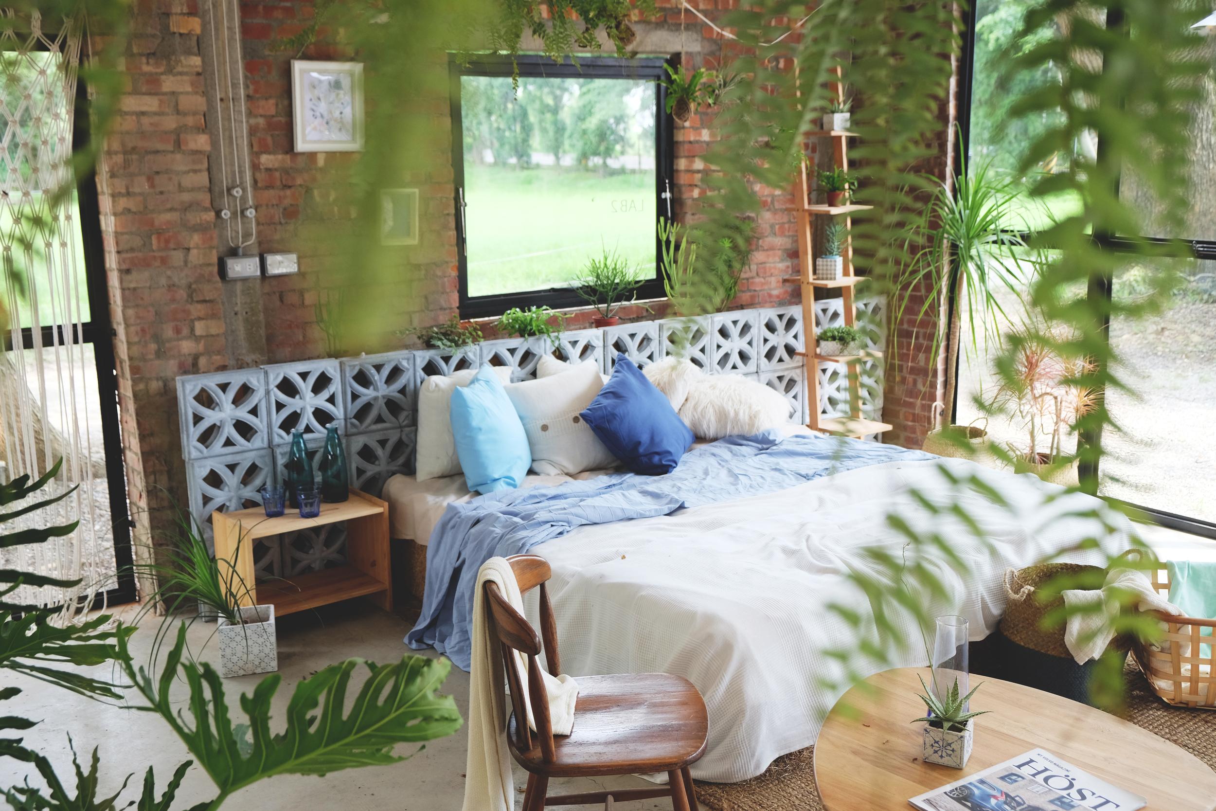 巧妙運用了上一季的花格磚為床頭櫃,是臥室裡獨特的焦點。