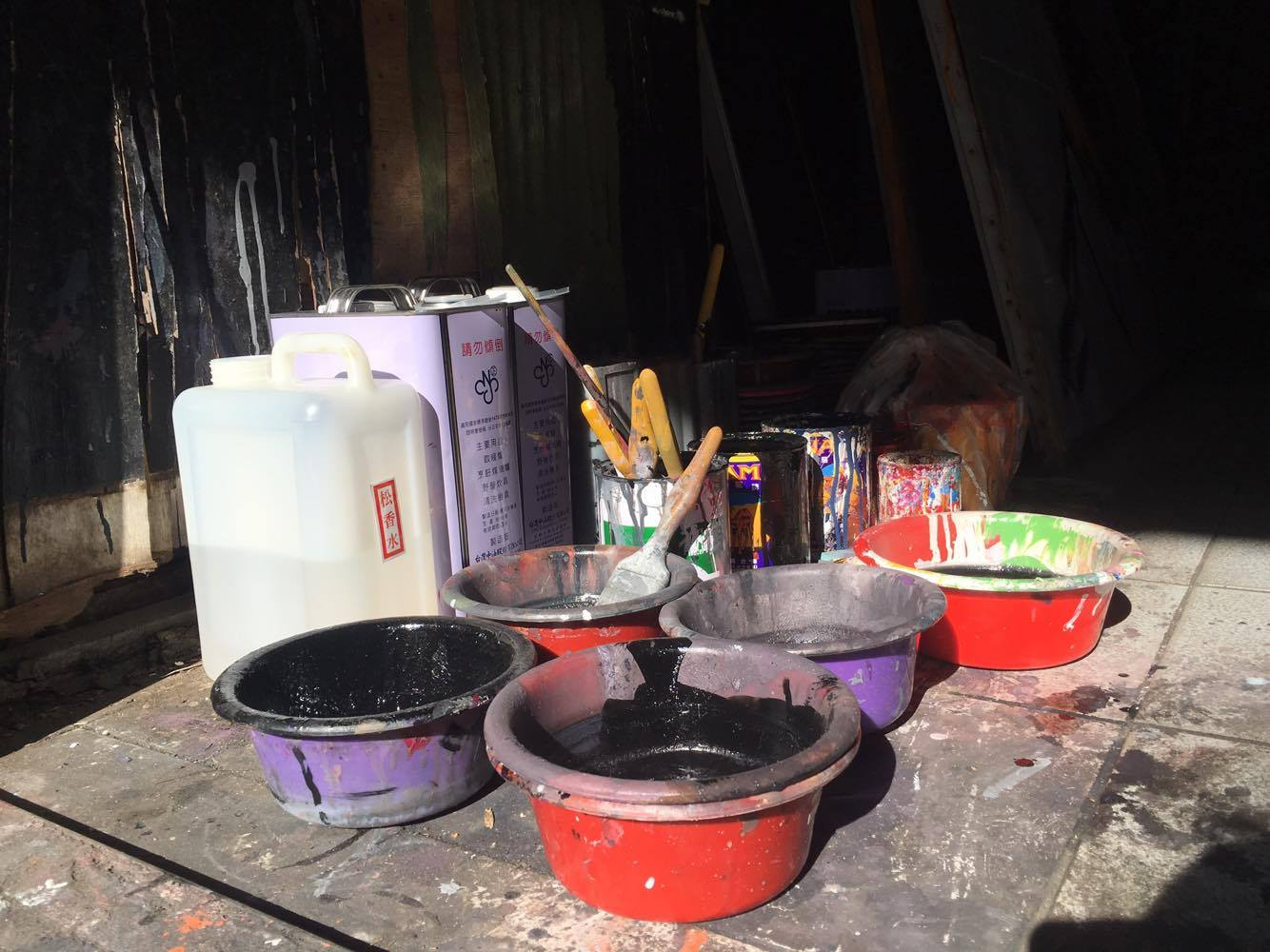 簡易的彩繪工具,憑藉著顏師傅高超的手藝,創作出一幅幅具生命力的電影看板作品。