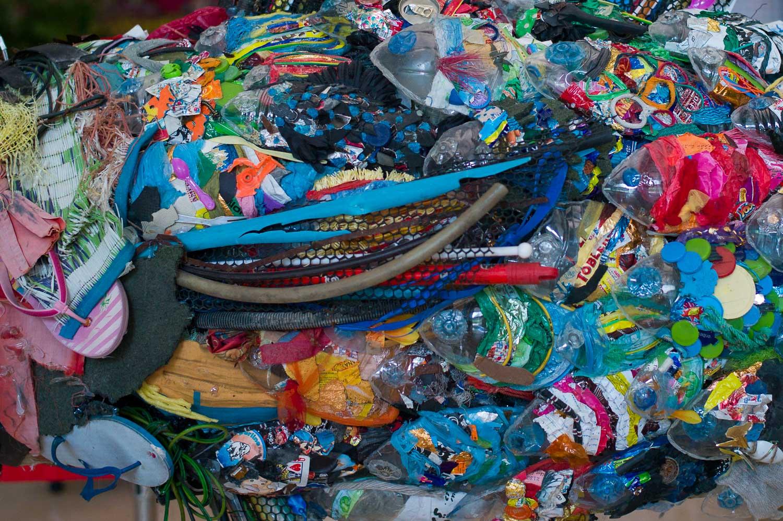 サザレウオ, created by plastics bottles and throw-away objects found in Maldives