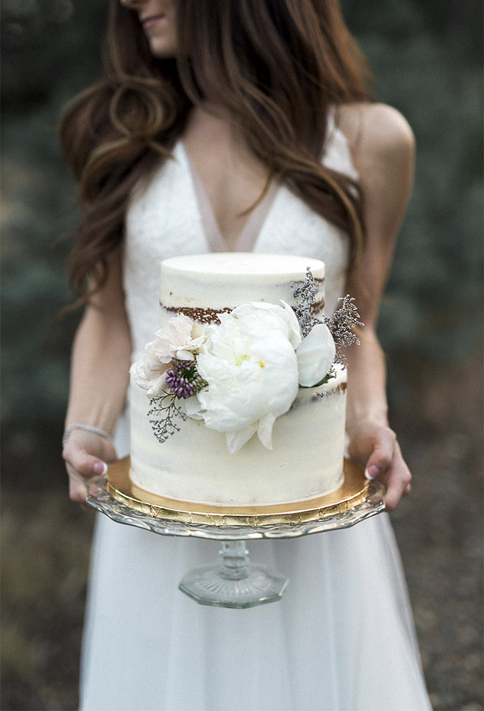 Arizona Lakeside Winter Elopement with Saje Photography | Shotgunning for Love Letters | Rustic Wedding Cake With Purple Flowers