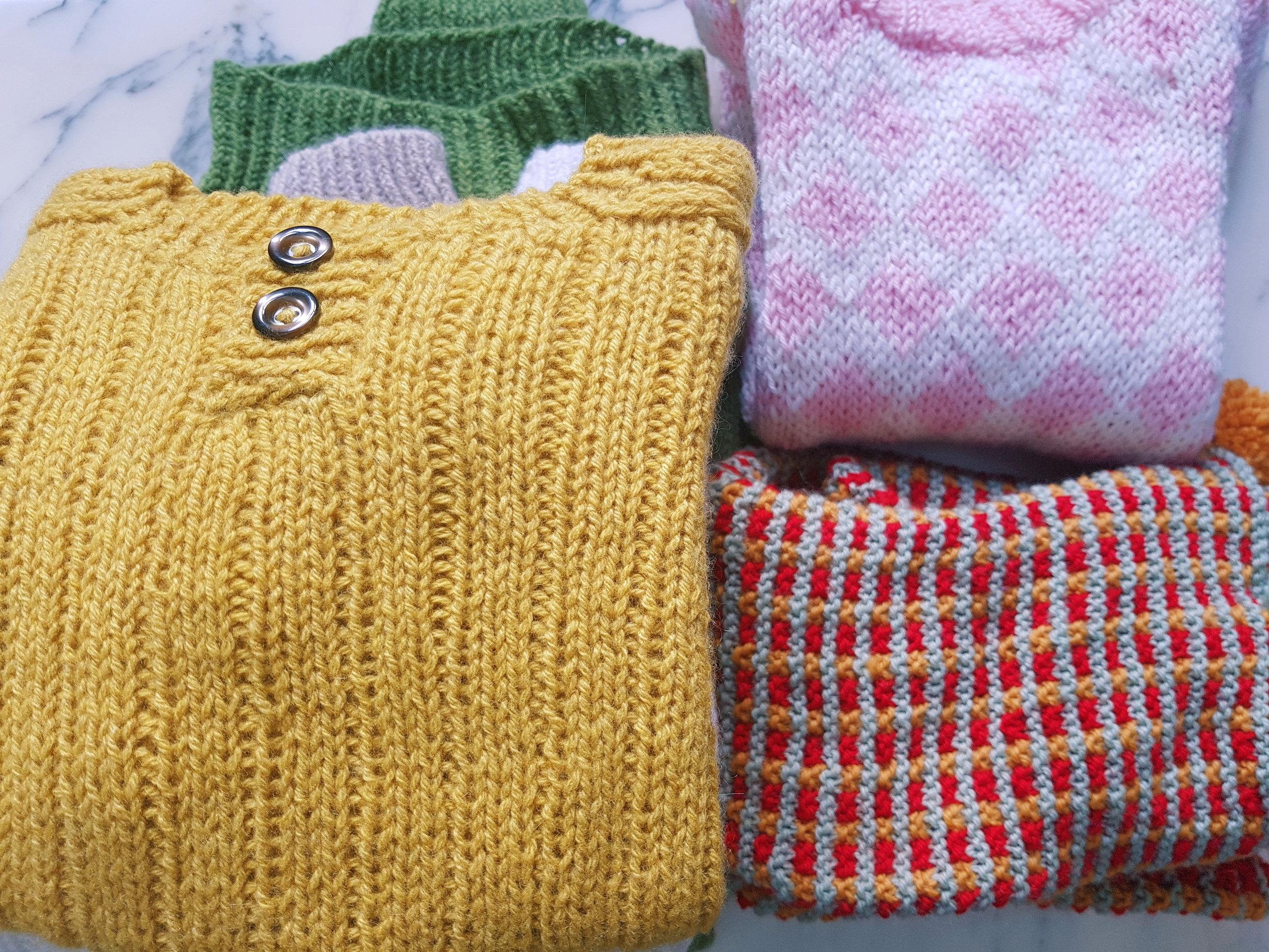 En haut à droite, du jacquard trop lâche. En bas à droite, du beau jacquard qui est beau parce que c'est ma grand-mère qui l'a tricoté.