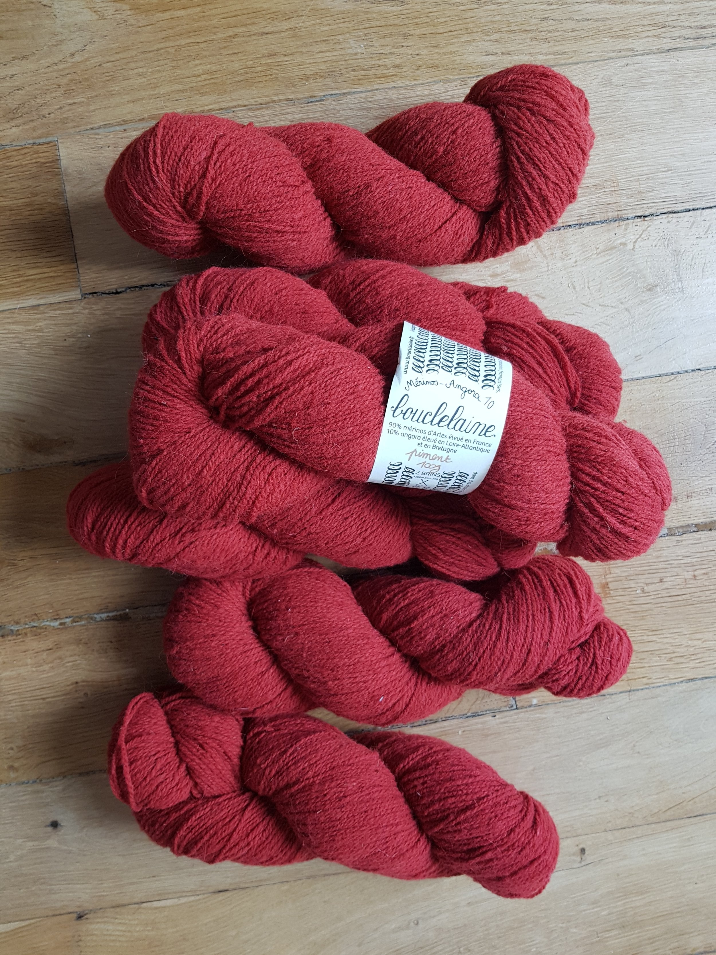 Mon dernier coup de cœur, la belle Merino Angora Bouclelaine achetée au Kint Eat… Comme je me suis un peu avancée en promettant un pull à Arnaud qui a choisi la couleur, je vais être obligée de le faire !