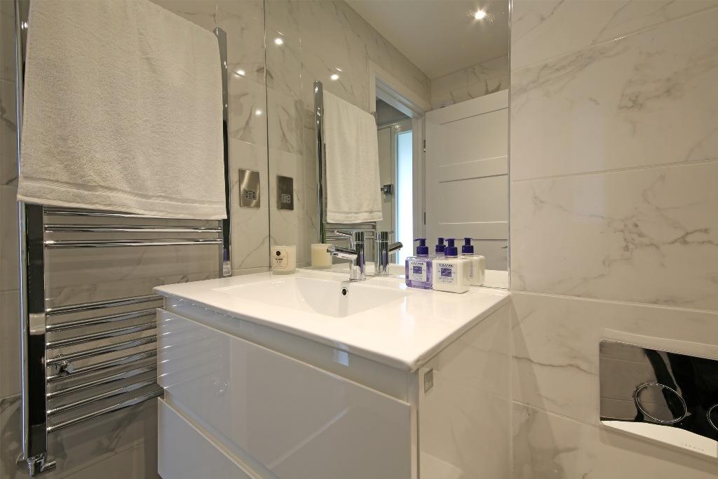21 Baly House bathroom 2.jpg