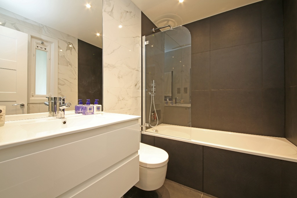 21 Baly House bathroom.jpg