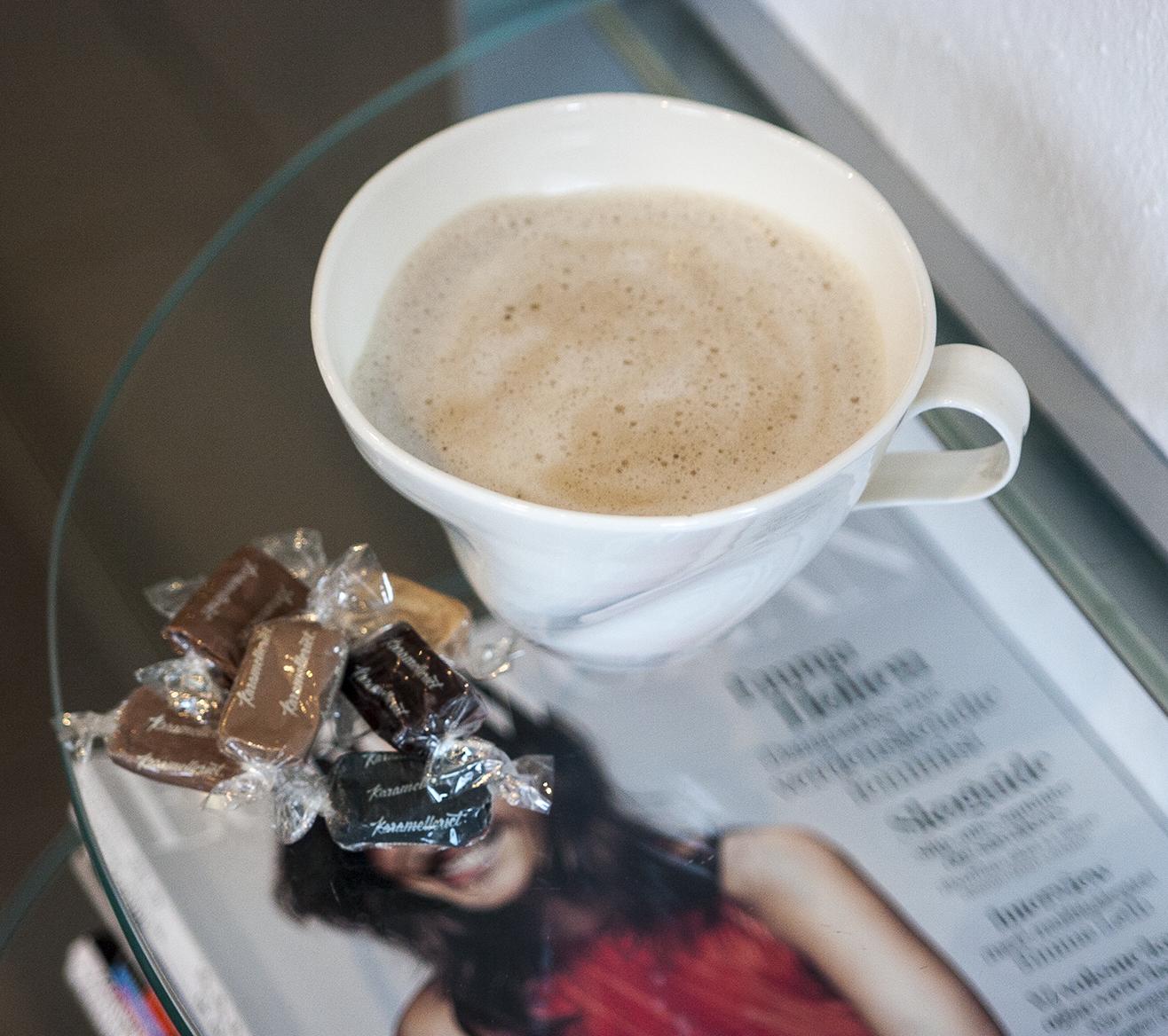 Vi byder altid på lidt sødt og en frisk kop kaffe eller the at skylle det ned med.