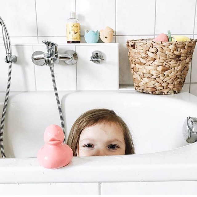 Hey hey Monday morning! 👀 It's bath time with Elvis the Duck 💦🐥🐤💦 Cutest photo by  @thelittlebeehouse in Germany 📍 #mondaymorning #elvistheduck #coolkids #modernparents #Germany #oliandcarolaroundtheworld