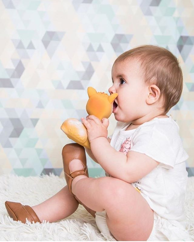 T e e t h i n g time before bed is a MUST to stimulate baby's senses 💦 and what's better than chewing on our Olive The Deer who's made from 100% natural rubber from trees? 🌳🌱 We're loving this photo by @mamisandminis - go check out their adorable baby shoes they have 🙈 #olivethedeer #teethingtime #bedtime #Barcelona #oliandcarolaroundtheworld
