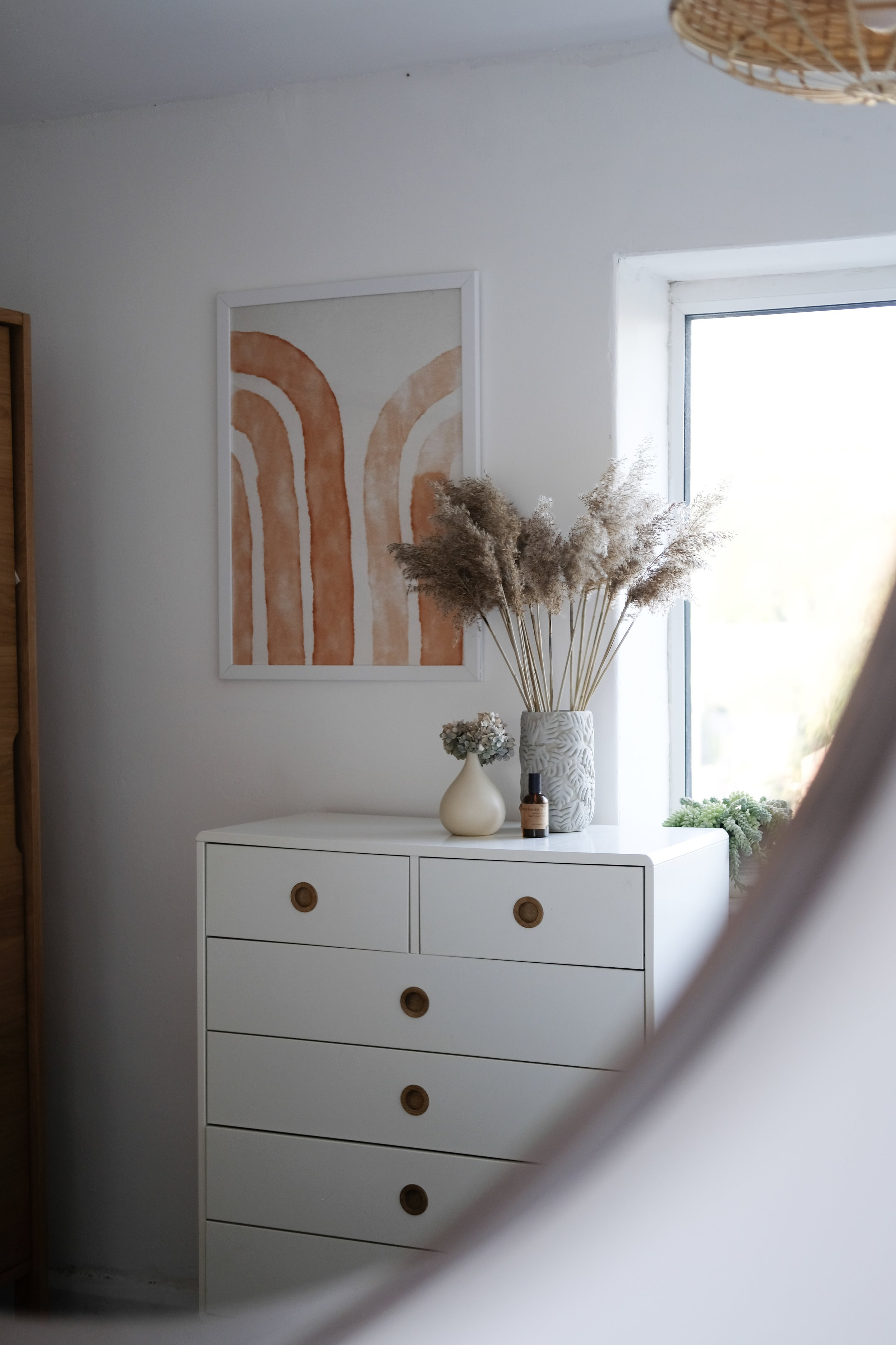 Slow and simple bedroom with blush, white and terracotta