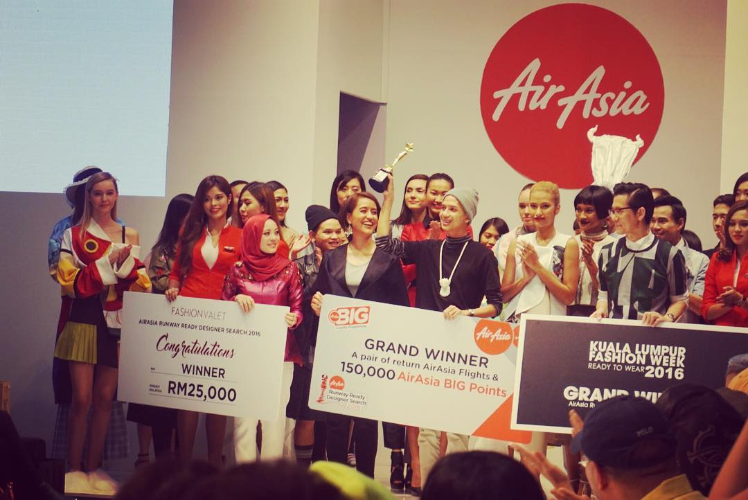 Grand Winner Anuruq Jaidee flanked by judges, Vivy Yusof, Aireen Omar and Andrew Tan, AirAsia Stewardesses and Runway Models