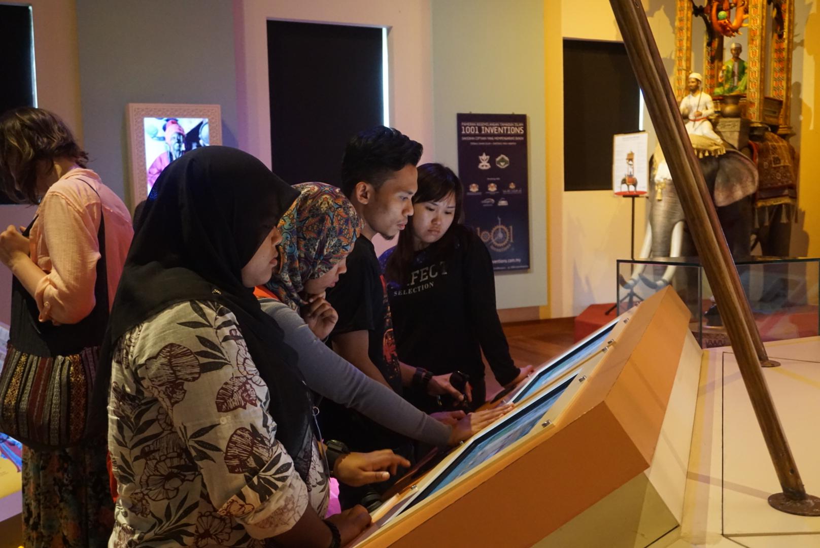 Batik&Bubbles_studentsatexhibition