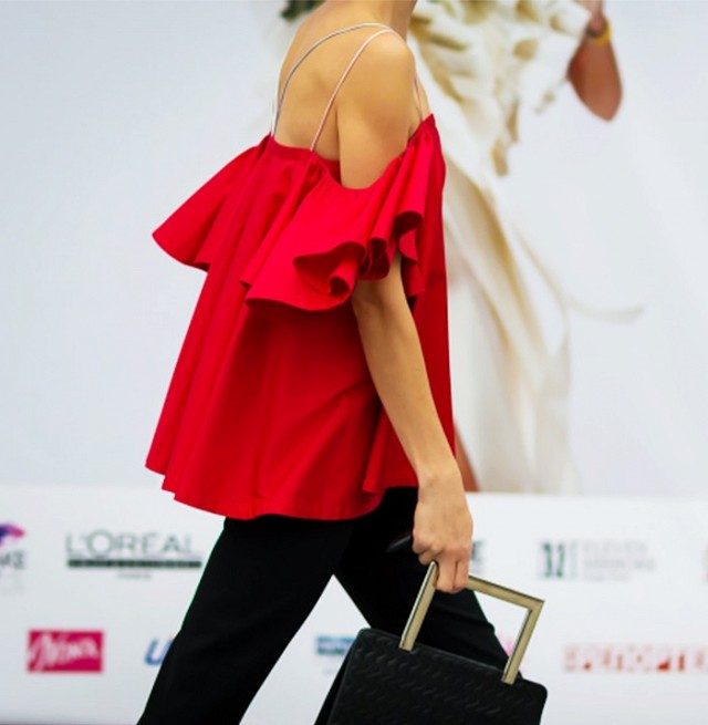 every-off-the-shoulder-style-you-need-to-know-1800723-1465507251.640x0c.jpg