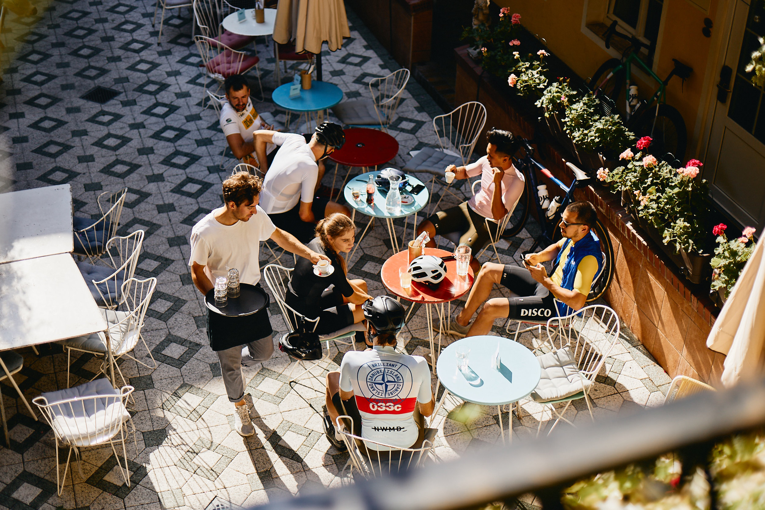 The courtyard of the Brillantengrund is a popular meeting place for cyclists and hotel guests alike