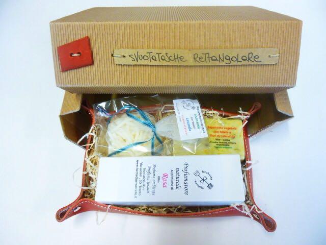 proposta con prodotti del sapone e svuotatasche in cuoio realizzato dalla cooperativa sociale samuele