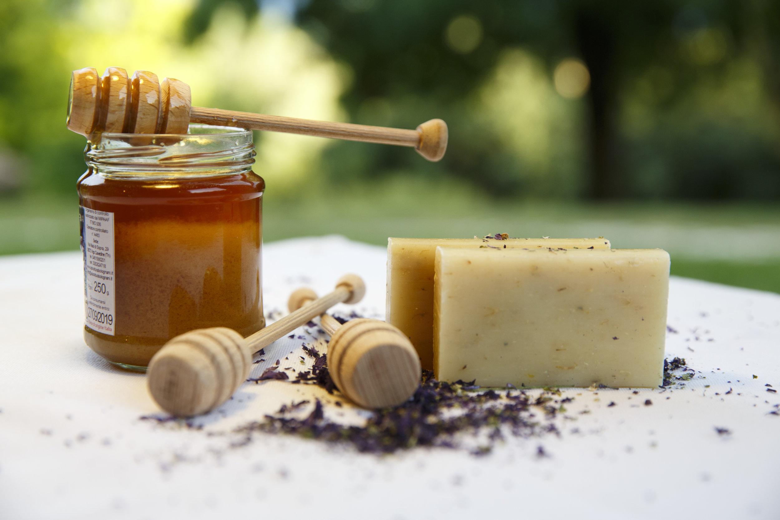 SAPONETTA VEGETALE con miele e fiori di malva