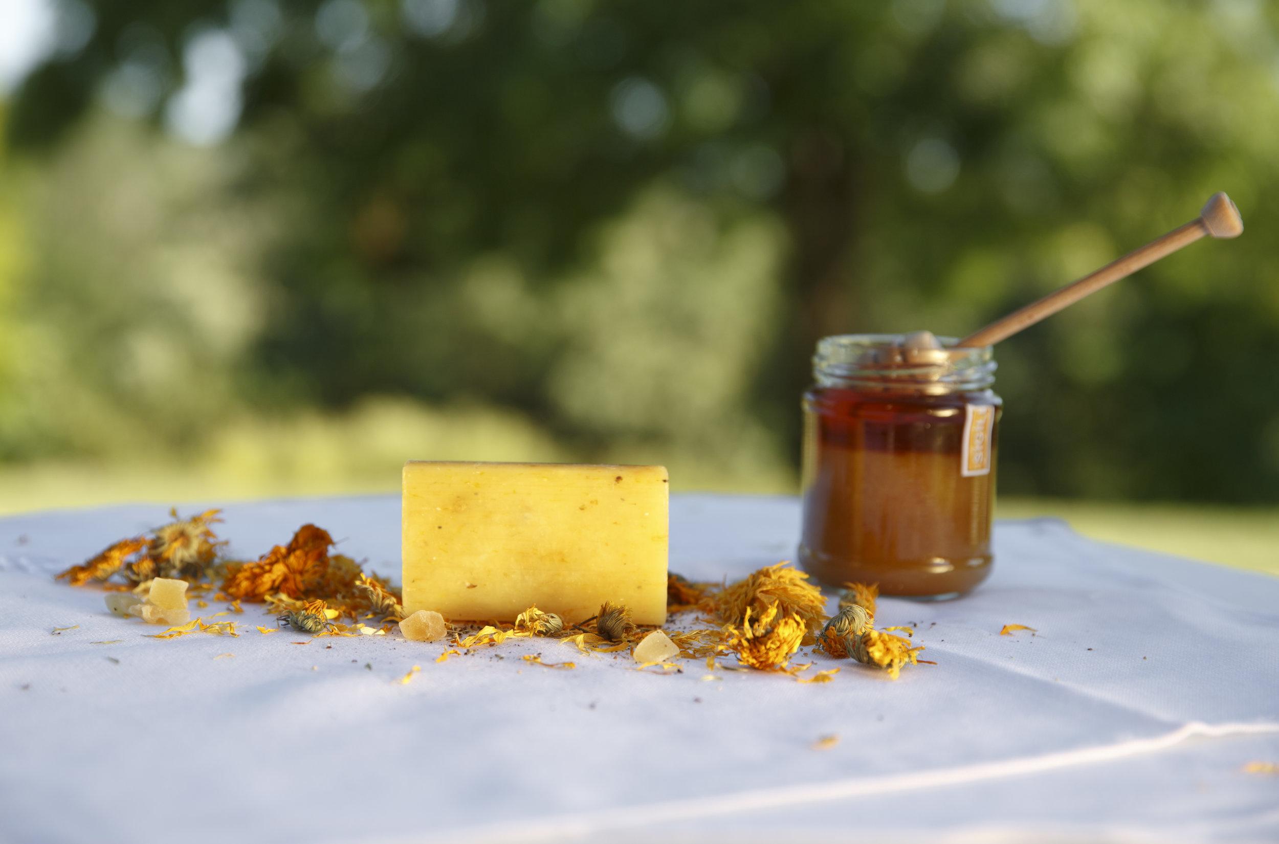 saponetta vegetale con miele e fiori di calendula