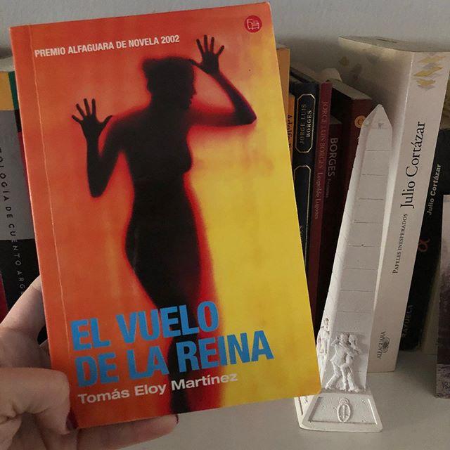 Ayer se cumplieron 85 años del nacimientos de #TomasEloyMartinez. Les quiero compartir este libro que fue el primero que leí de él y el que me inspiró a cumplir mi sueño: trabajar en un diario. Afortunadamente, lo cumplí. Después pasaron muchísimas otras cosas que me hicieron darme cuenta que tenía muchos otros sueños. Y siempre con la frente en alto: apostemos por lo que deseamos ♥️♥️♥️ . . Esta novela ( Premio Alfaguara de 2002)  habla sobre una periodista treinteañera que trabaja en la prensa gráfica y el director de un periódico que se desmorona. . . Lo interesante de la prosa del maestro argentino es que logra mezclar la manera periodística de contar con la ficción que hace que parezca un thriller. . . Ustedes leyeron #Tem? Qué les gusta? No te pierdas el link de nuestra bio y las stories 💕💕 . . #NoFiccion #Literatura #Libros #Argentina