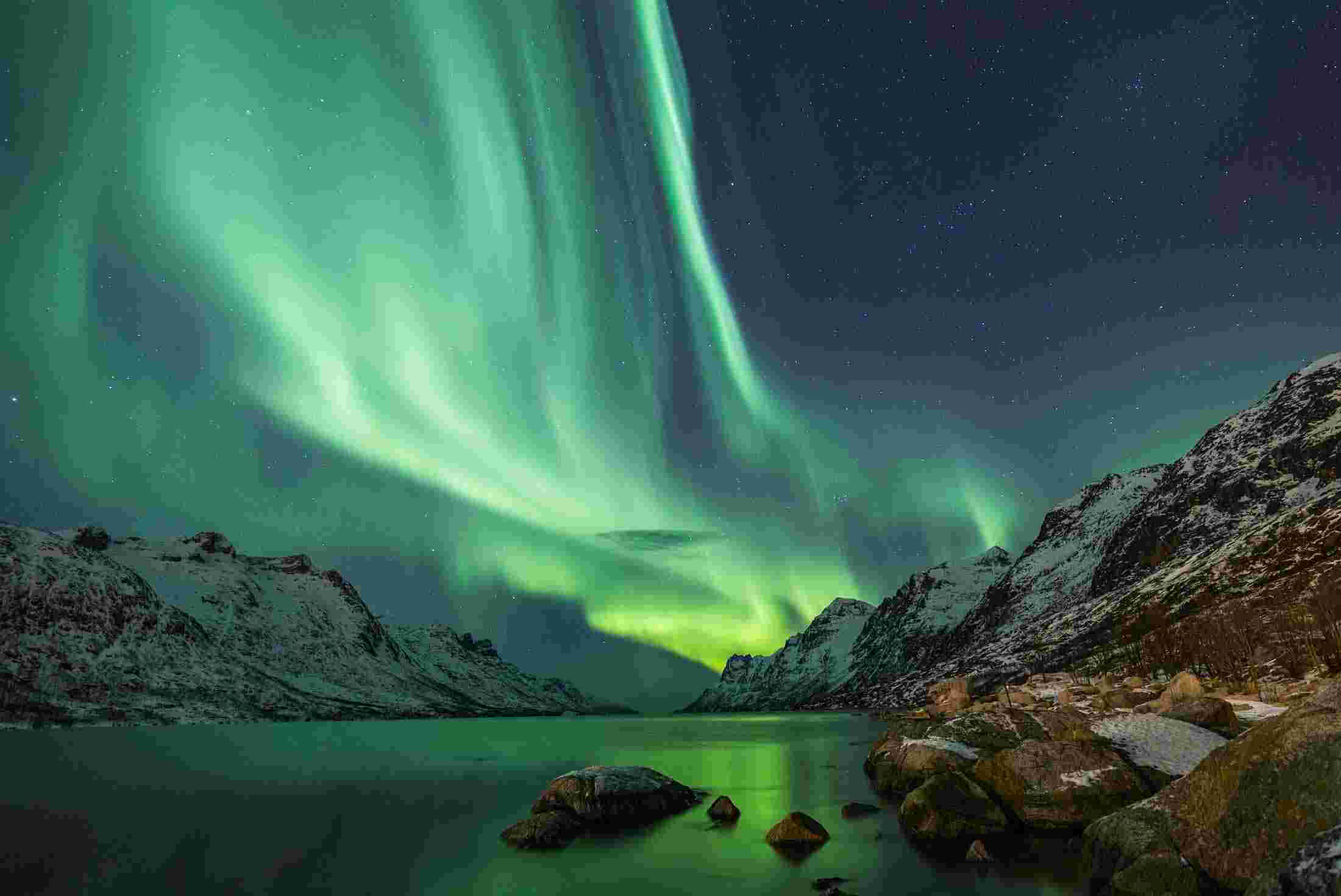 iceland_northern_lights_waters_edge_mountains.jpg