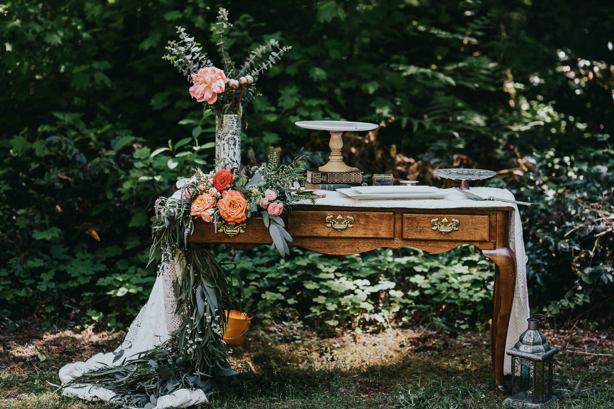 Stylized-table-cake-stand-florals