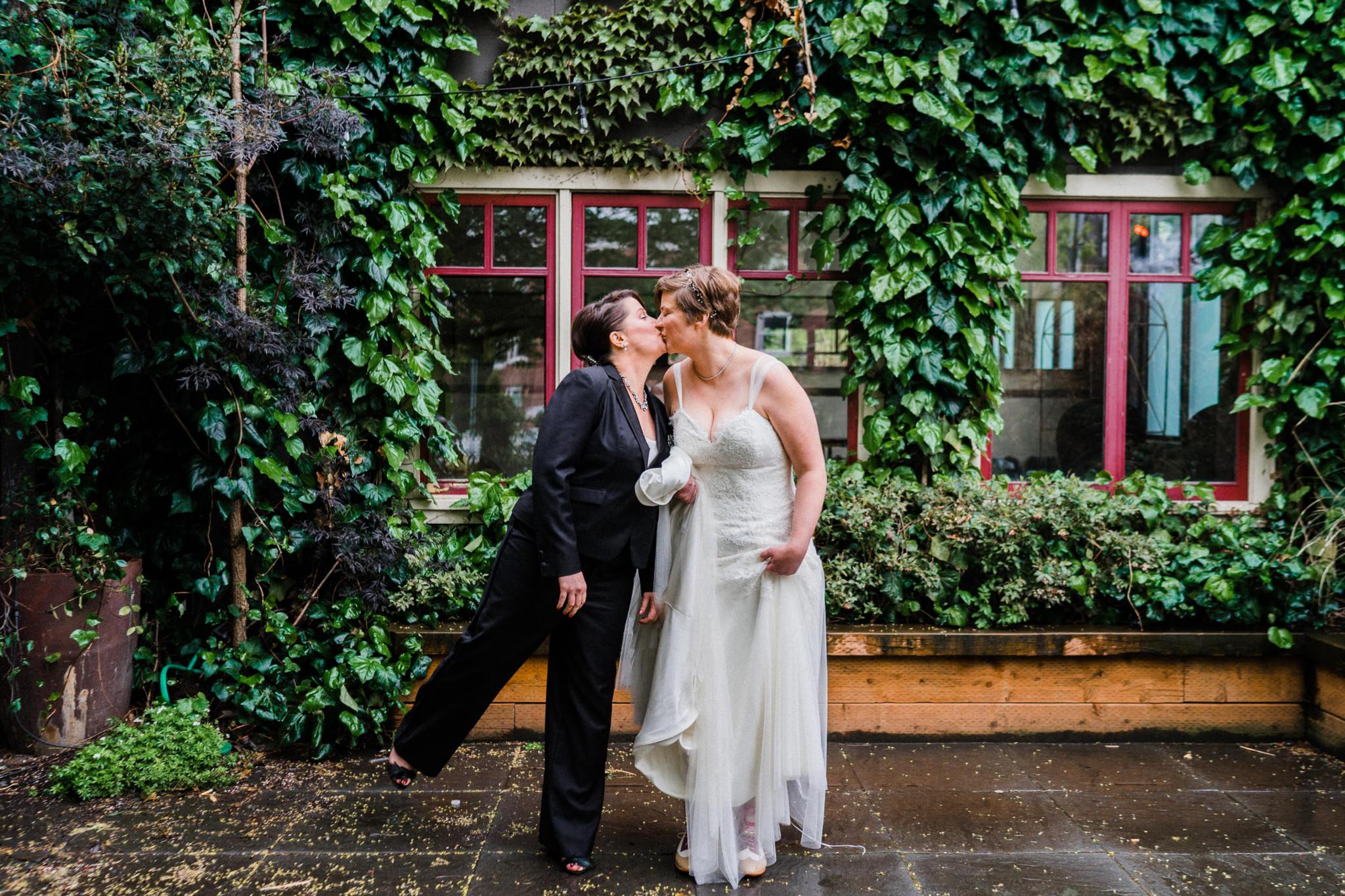 Kissing brides Green Ivy Window wall