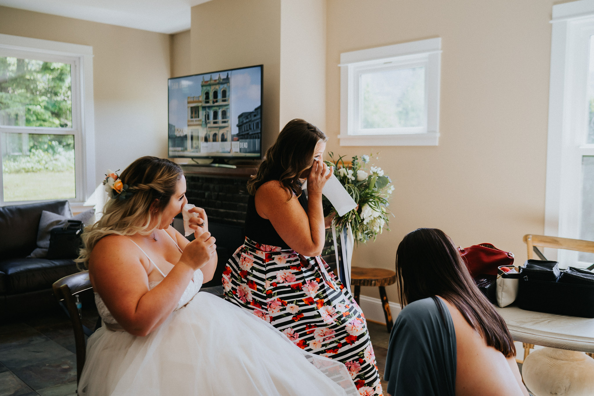 bride mother cry tear tissue getting ready Best Oregon photographer Alfred Tang photojournalistic candid