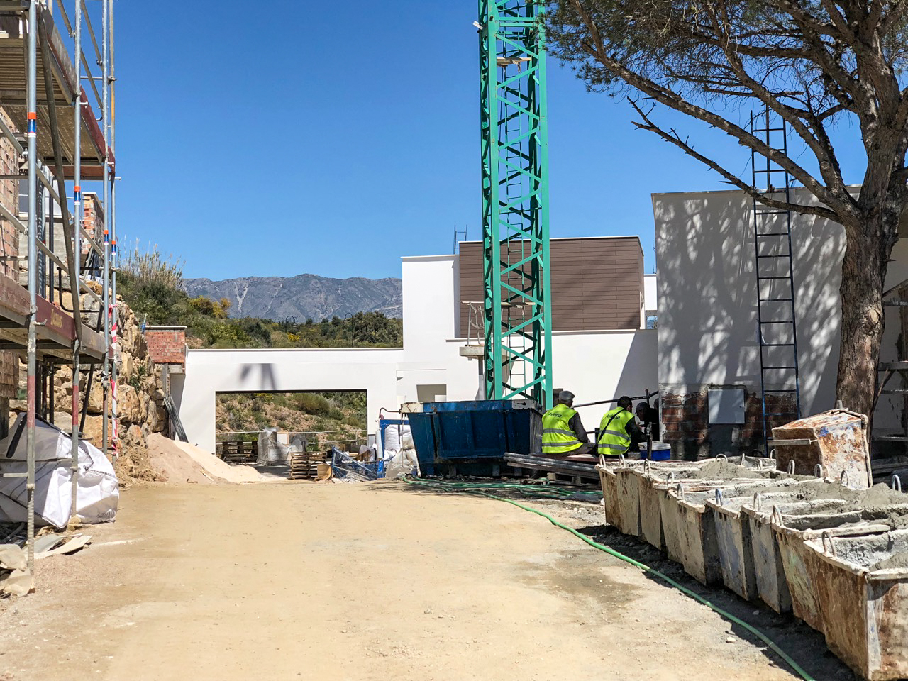 29/03/2018 The view towards Villa 8 from the street