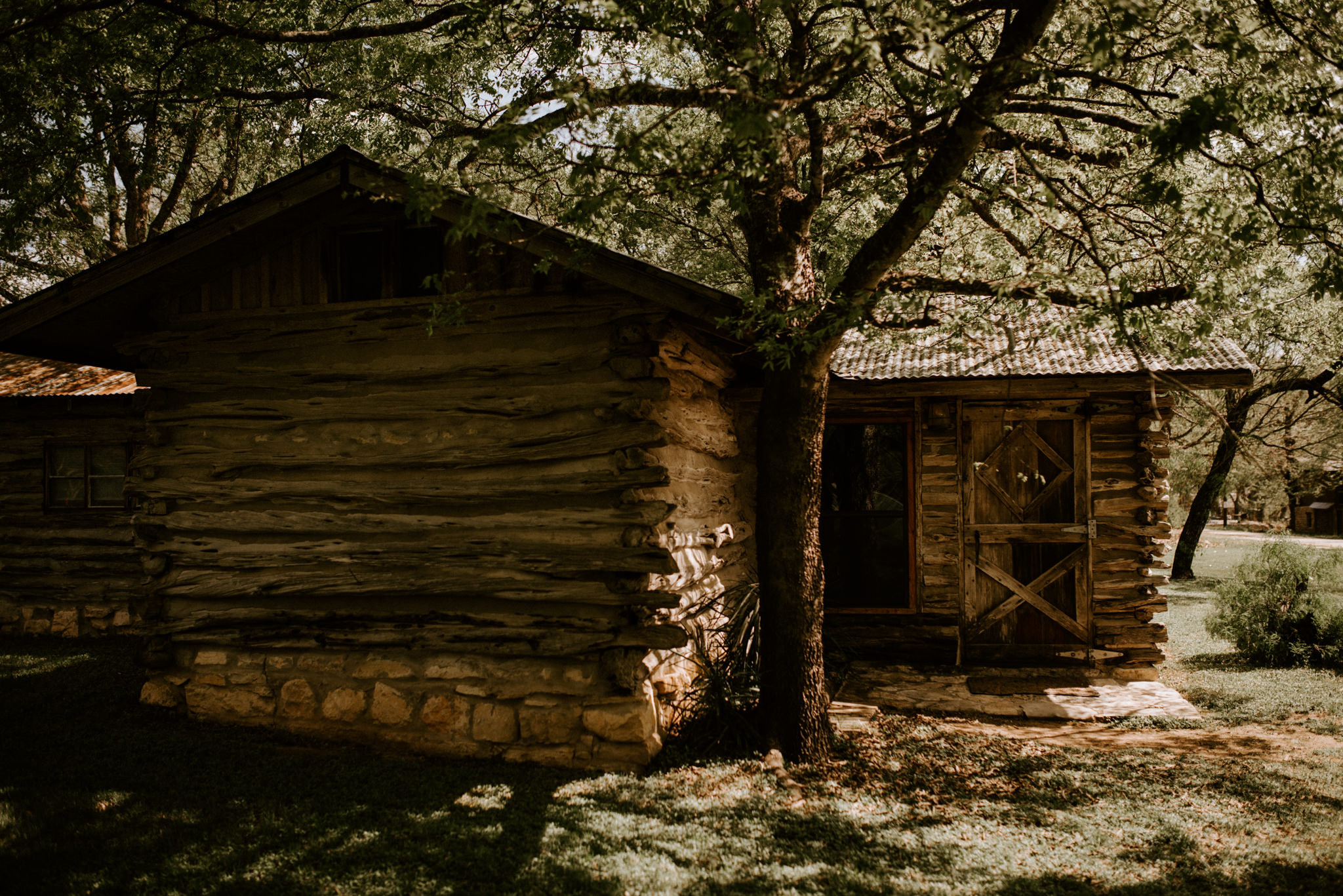 sunny-spring-wedding-log-cabin-forest-the-waters-point-wimberley-texas-kerlyn-van-gelder-photography-austin-wedding-photographer