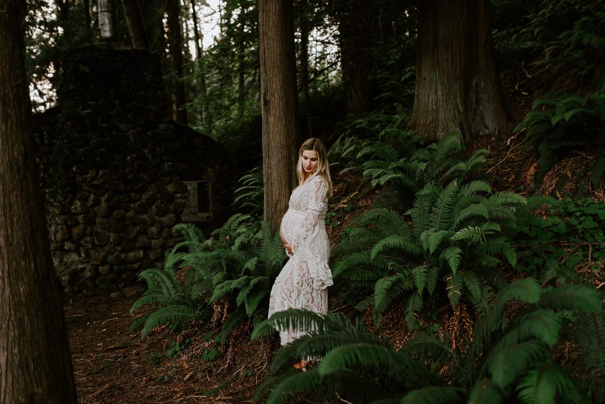 intimate-emotive-maternity-session-skamania-stone-house-columbia-river-gorge-white-free-people-lace-kimono-portland-maternity-photographer-kerlyn-van-gelder-photography
