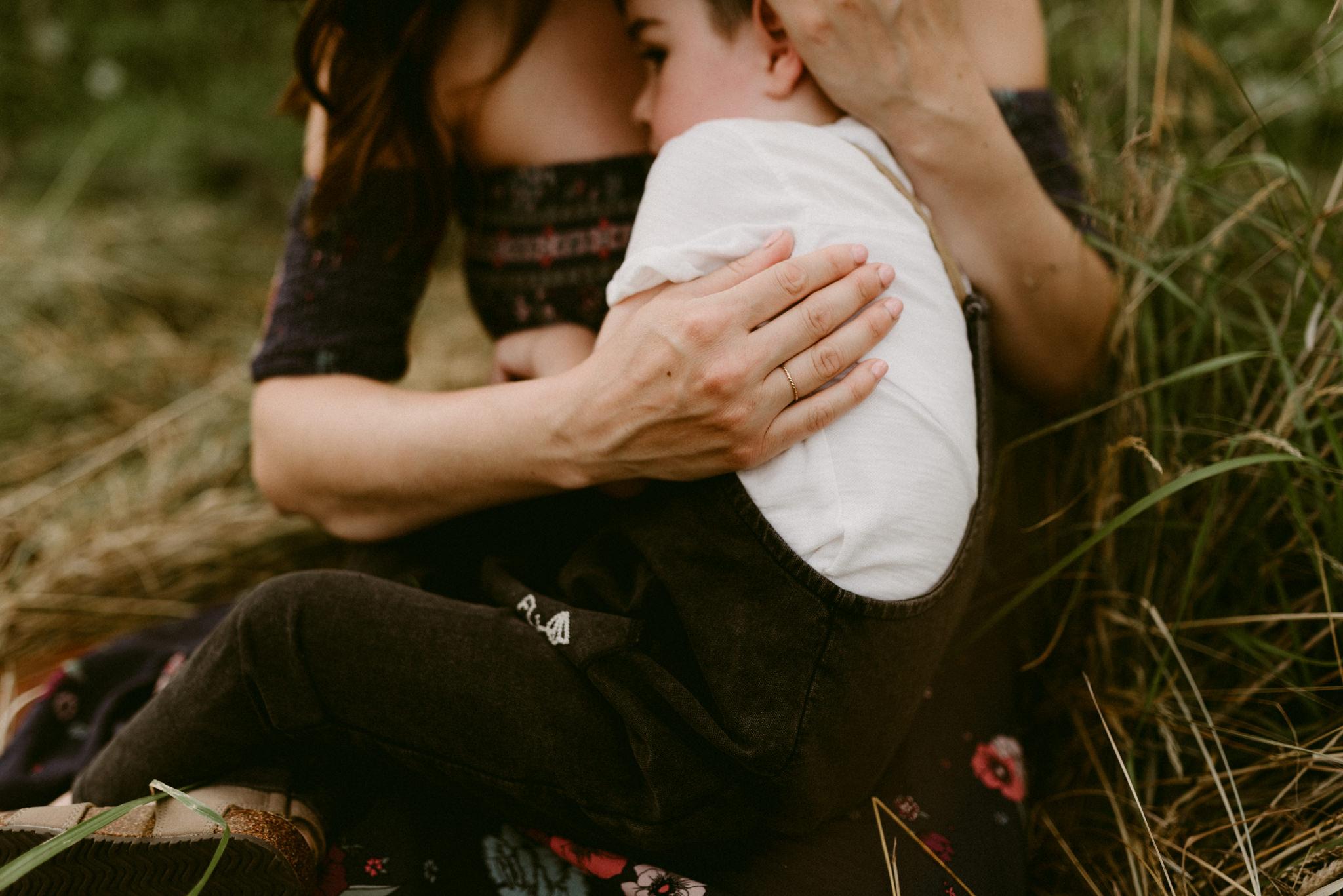 emotive-family-maternity-session-beacon-rock-state-park-portand-photographer-kerlyn-van-gelder-photography
