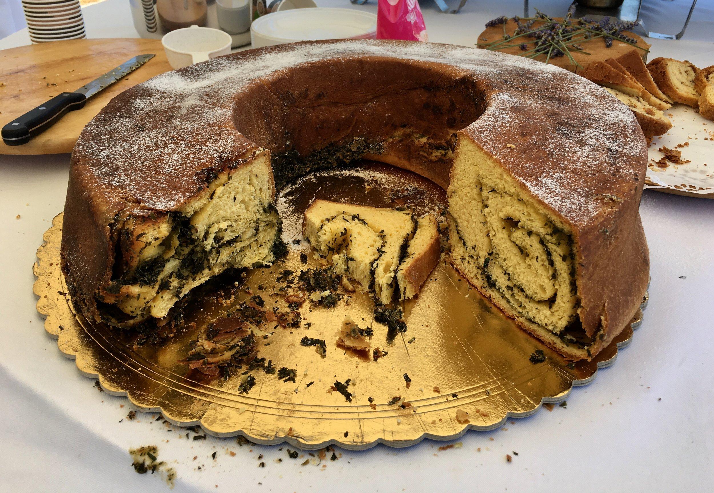 "Traditional slovenian ""Pehtran potica"" / Tradicionalna slovenska pehtranova potica"