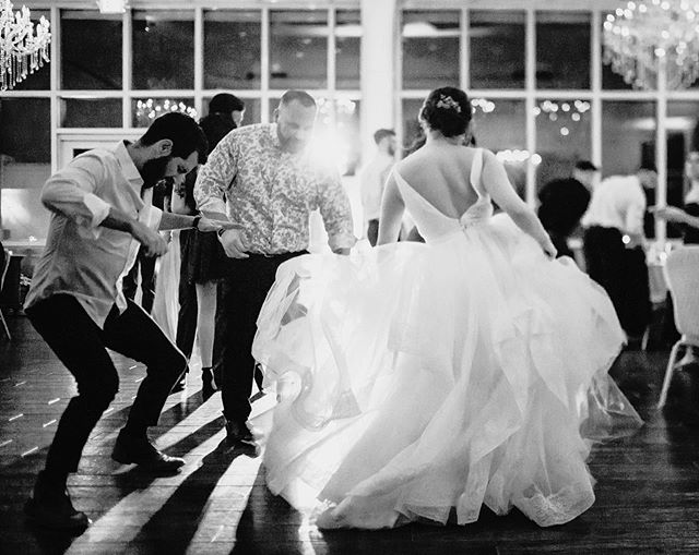 Eyes completely glued to this dance party for 4 hours straight because oh.my.goodness! They could DANCE 😱💃🏻💃🏻!! • • • • #dowhatyoulove #teamcanon  #photographysouls #createcommune #weddinginspiration #theknot #luxurywedding #wedding #blackandwhitewedding #weddingphotographer #chicagogrammers #chicagoweddingphotographer #junebugweddings #engaged #bridalinspiration #nycwedding #romance #newyorkwedding #newyorkweddingphotographer #chicagowedding #loveintentionally #couplesgoals #unconventionalweddings #chicagomakeupartist #chicagoweddingplanner