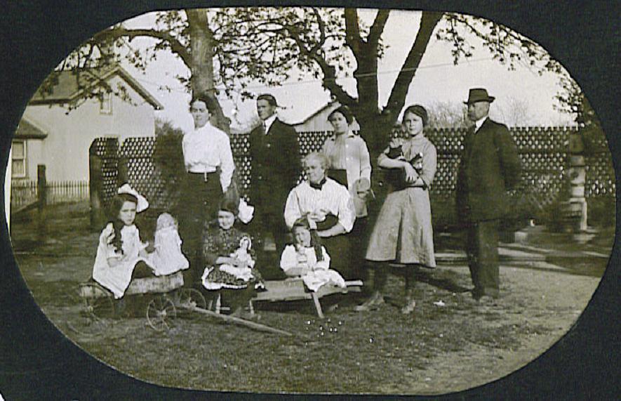 Copeland family gathering, 1914.JPG