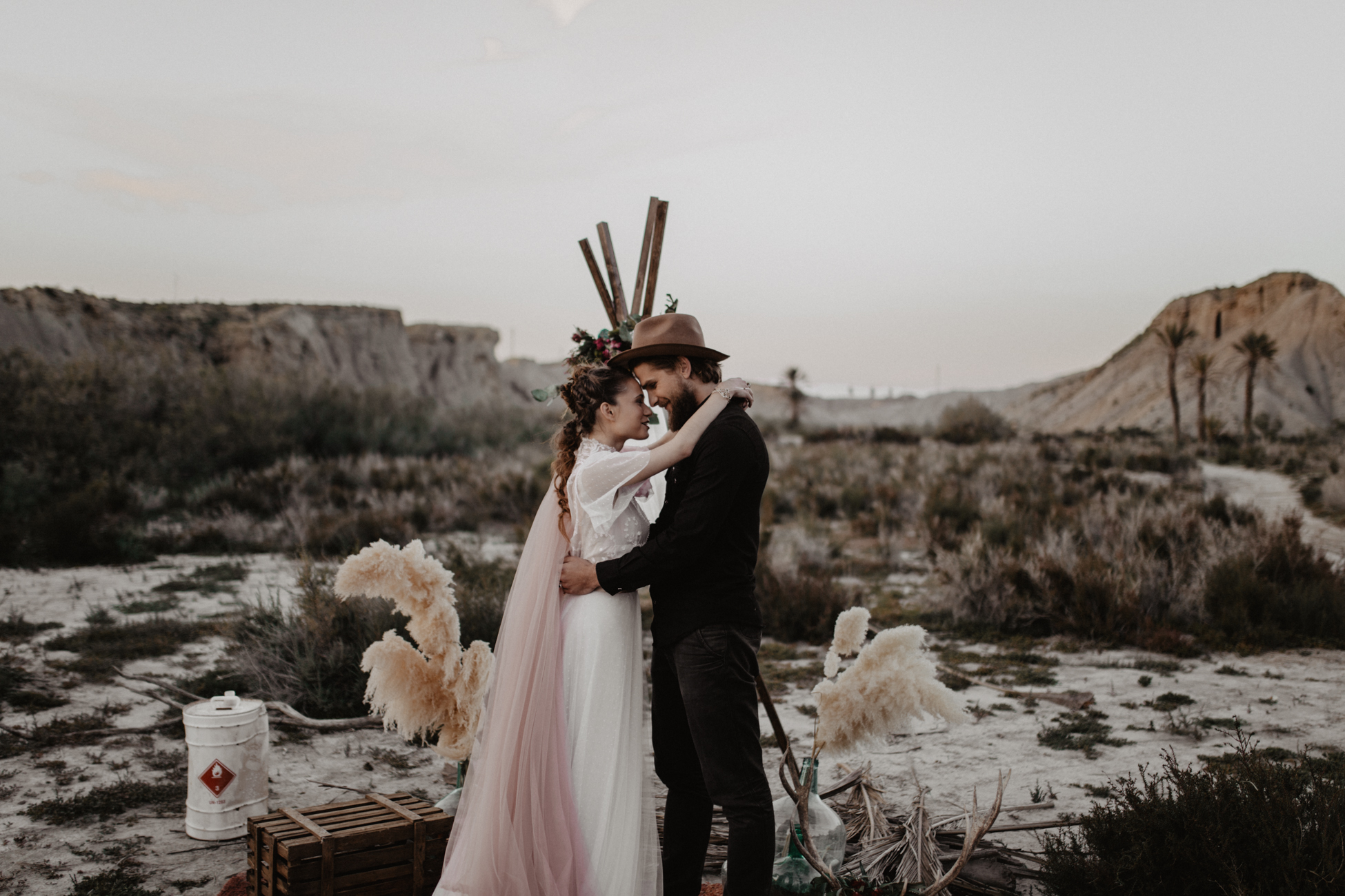 thenortherngirlphotography_photography_thenortherngirl_rebeccascabros_wedding_weddingphotography_weddingphotographer_wood_muebles_deco_bodasdecaramelo_home_bedtime_gaywedding_editorial_desierto_desert_wildestdreams_amortexano-382.jpg
