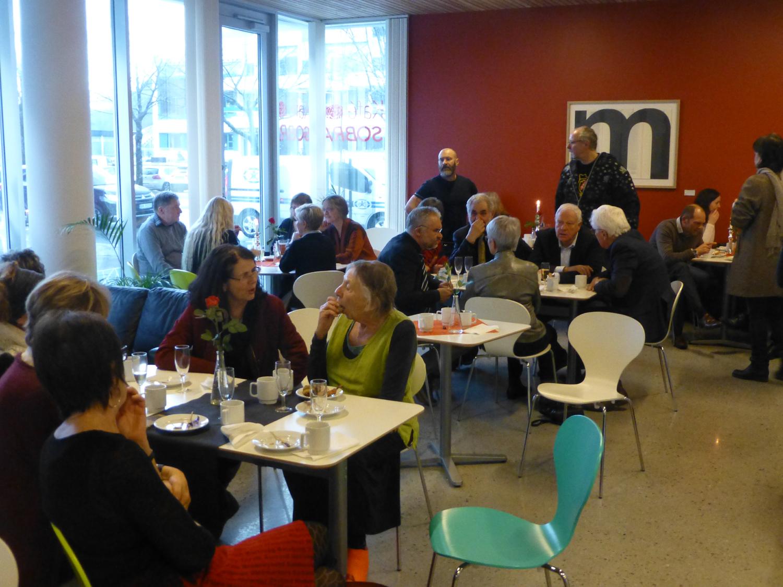 Inn i mellom alle talene ble det òg tid for litt uformell konversasjon. Foto: Astrid Wittersø