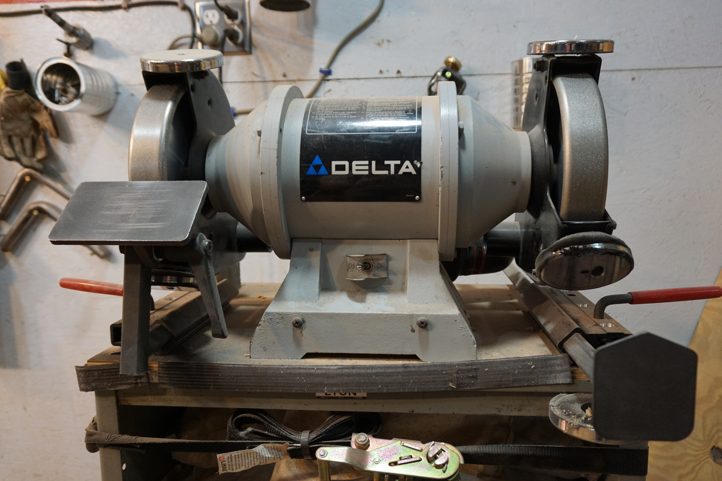 Bench grinder w/ 350 & 600 grit CBN wheels & magnets for ground metal collection