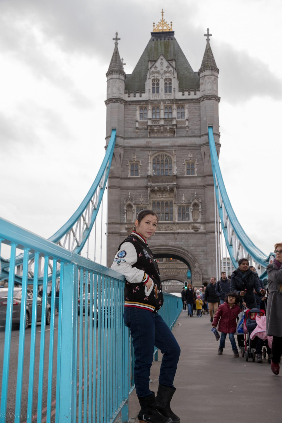 looks_winter-walk-over-london-tower-bridge_04.jpg