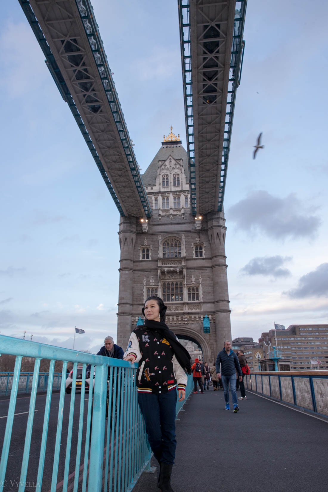 looks_winter-walk-over-london-tower-bridge_08.jpg